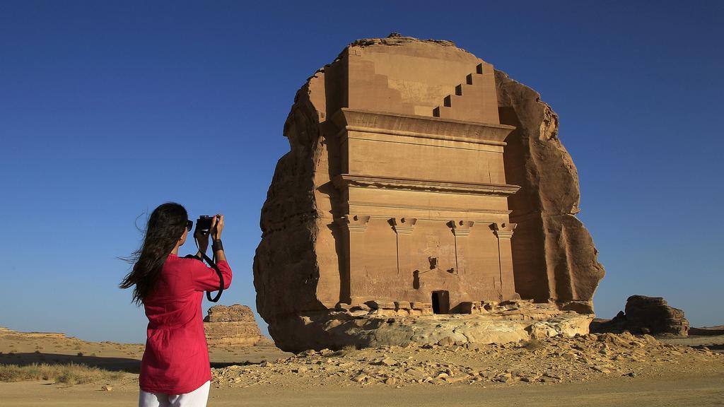 Hasil carian imej untuk pelancong asing di saudi